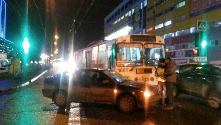 В Брянске возле ТРЦ Тимошковых троллейбус столкнулся с легковушкой