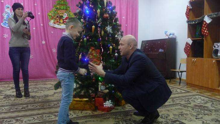 Заместитель губернатора вручил подарки детям в Дятьковском приюте