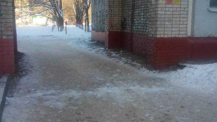 В Брянске на ребёнка и женщину с балкона упала глыба льда