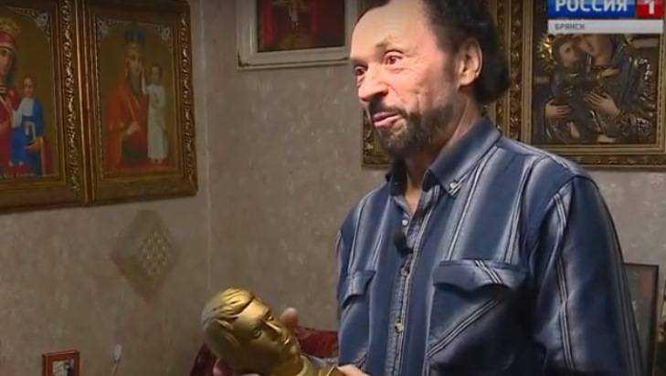 Житель Брянска превратил квартиру в свой музей Владимира Высоцкого