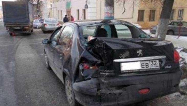 В Брянске в ДТП с тремя автомобилями ранена 21-летняя девушка