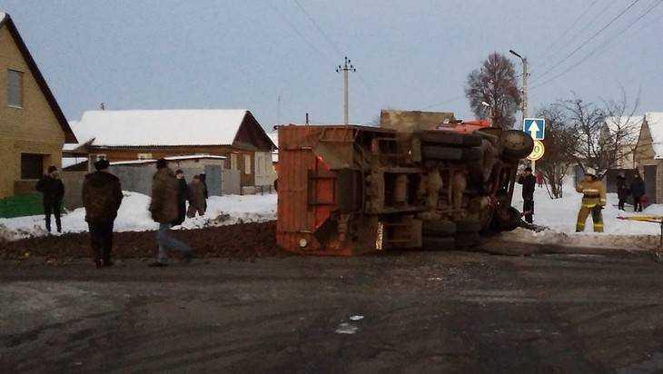 В Трубчевске фура перевернула КамАЗ – водитель сломал ноги