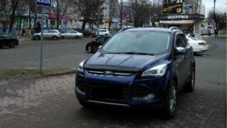 В Брянске водителя Ford Kuga по видео наказали за парковку на тротуаре