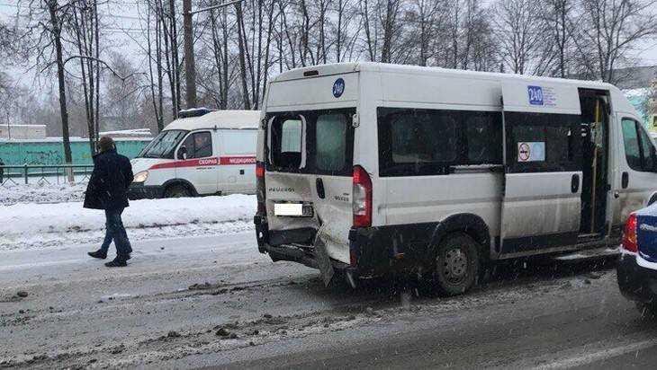 В Брянске на Московском столкнулись маршрутка №240 и три легковушки