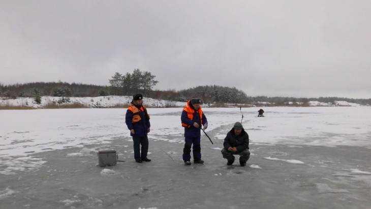 Брянские спасатели измерили толщину льда на водоемах области