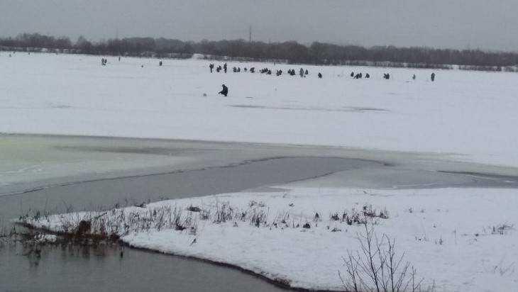 Снимок рыбаков на таящем льду напугал впечатлительных брянцев