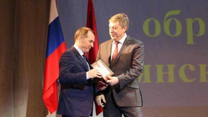 Мэру Брянска Макарову губернатор вручил сертификат на 245 тысяч рублей