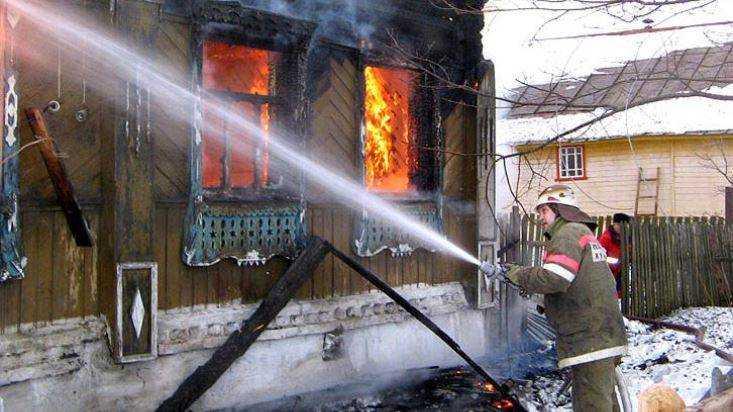 В Унече пожарные вывели человека из горевшего дома