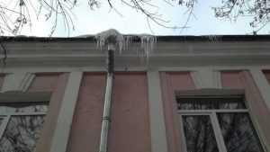 В Клинцах коммунальщиков прокурор наказал за сосульки на крышах