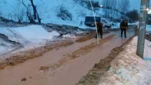 В Брянске из-за прорыва трубы смыло детскую площадку и подмыло дом