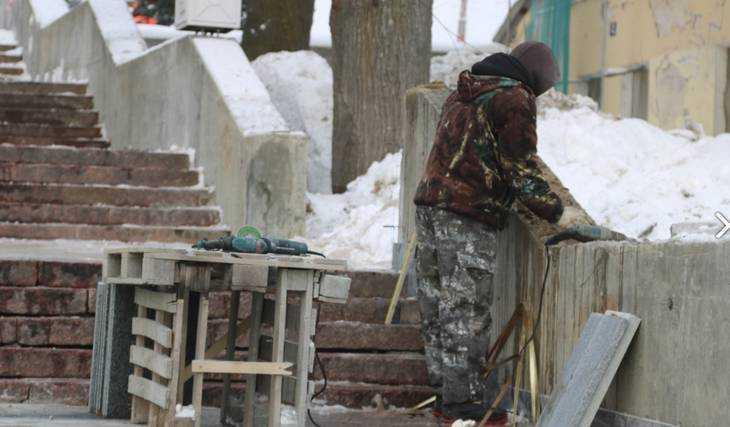 В Брянске на бульваре Гагарина возобновили облицовку стен лестницы