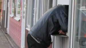 Жители Брянска потребовали снести безобразные ларьки в Бежице у БУМа