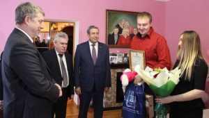 Губернатор Богомаз поздравил брянскую семью с выплатой за первенца