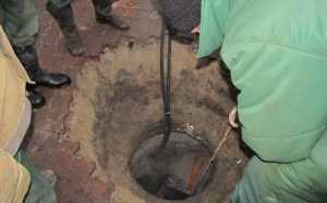 Брянский водопроводчик получил полгода колонии за упавшего в люк малыша