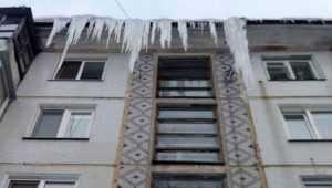 Сосульки высотой в два этажа стали угрозой жителям Брянска