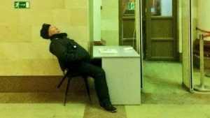 В сети прославился уснувший охранник брянского вокзала