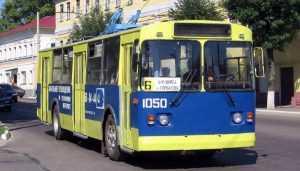 В Брянске 60-летняя женщина упала и ушибла ногу в троллейбусе № 6