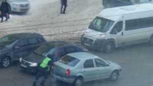 В Брянске сняли видео о толкающем иномарку сотруднике ГИБДД