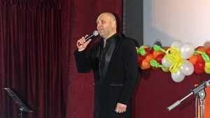«Золотой баритон» Брянщины Максим Дегтерев спел для женщин в Почепе