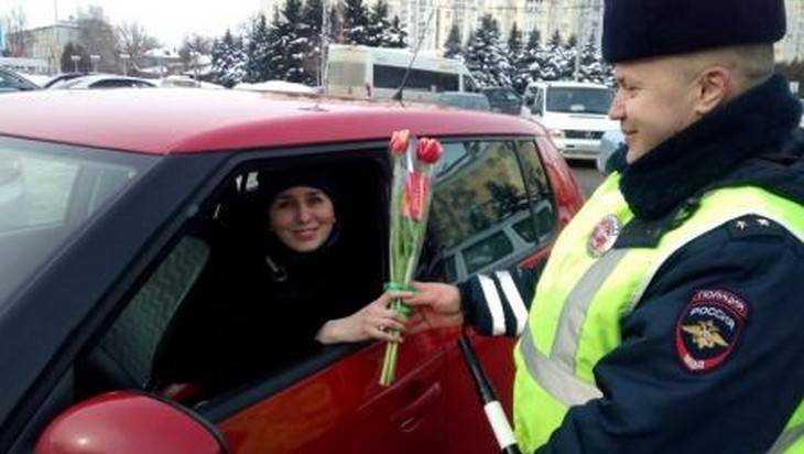 В Брянске сотрудники ГИБДД осыпали женщин цветами
