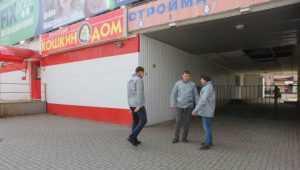 В 10 микрорайоне Брянска магазин захватил арку