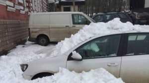 В Клинцах рухнувший с крыши ДК снег повредил три автомобиля