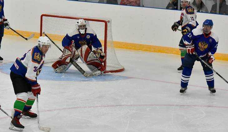 Александр Богомаз сыграл в хоккей на новой ледовой арене в Суземке