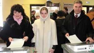 Начальник Брянского УМВД Кузьмин пришел на выборы с женой и дочерью