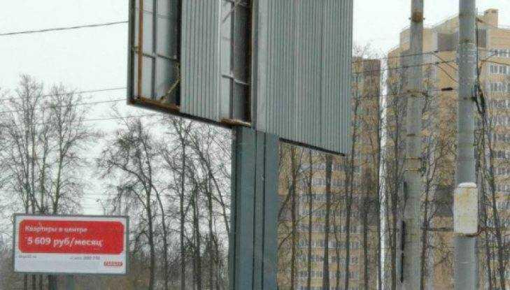 В Брянске человека едва не убил сорванный ветром рекламный щит