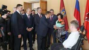 Виктор Зубков подарил брянскому ветерану инвалидную коляску