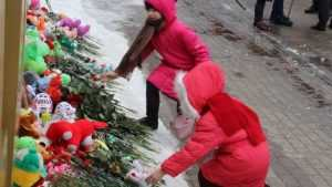 «Кемерово, мы с тобой»: на площадь Брянска несут цветы и игрушки