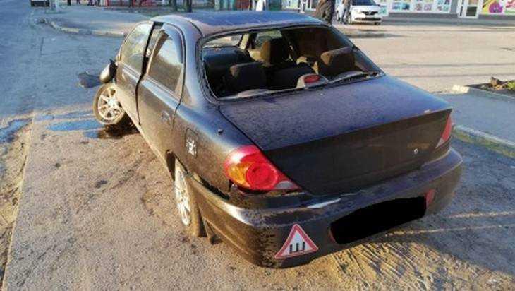 В Брянске иномарка врезалась в столб – пассажир вылетел через окно