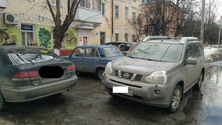 В Брянске отрешенная автомобилистка перекрыла выезд с парковки