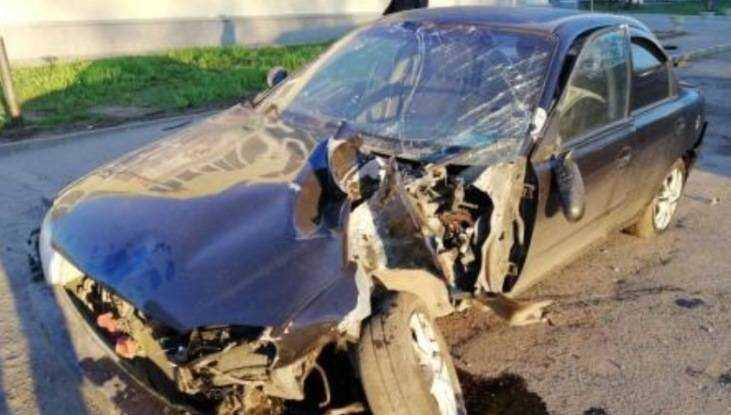 В Брянске пьяный водитель Kia протаранил столб – пострадали двое