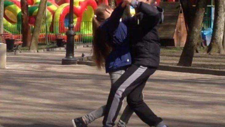 Жителей Брянска умилили дети, которые вальсировали в парке Толстого