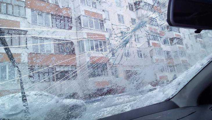 В Брянске на улице Есенина начали громить автомобили