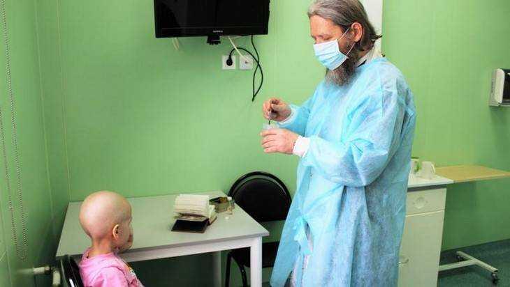 В онкоцентре Брянска протоиерей крестил заболевшую девочку