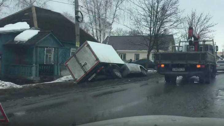 В Володарском районе Брянска на узкой улице едва не перевернулся грузовик