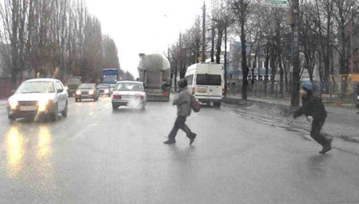 В Брянске одетые в темное дети устроили на дорогах игры со смертью
