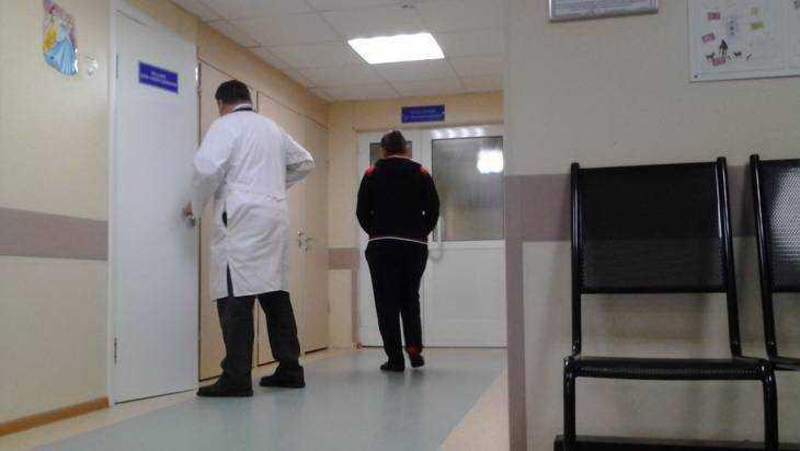 Выломавшему дверь поликлиники брянцу пообещали учесть его требования