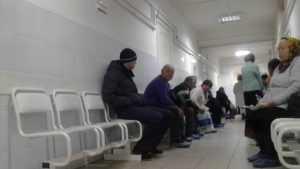 Житель Брянска сломал дверь поликлиники, чтобы попасть на прием к врачу