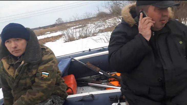 Пойманный инспекторами гневный охотник протаранил трактором их машину