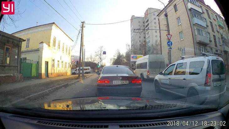 В Брянске водитель на BMW с «блатным» номером удивил дерзким обгоном