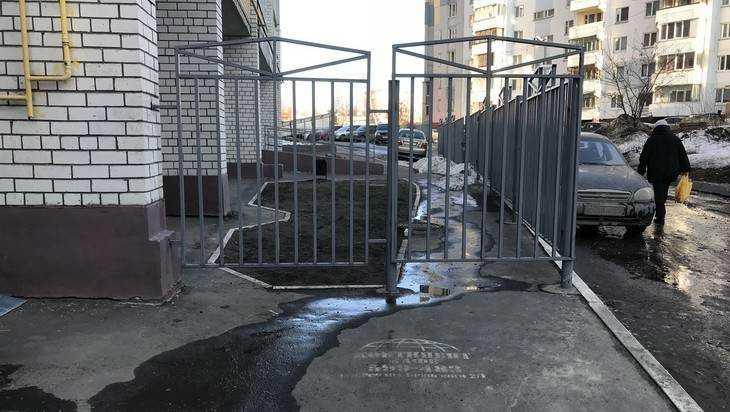 Возмущенные жители Брянска потребовали снести забор с тротуара