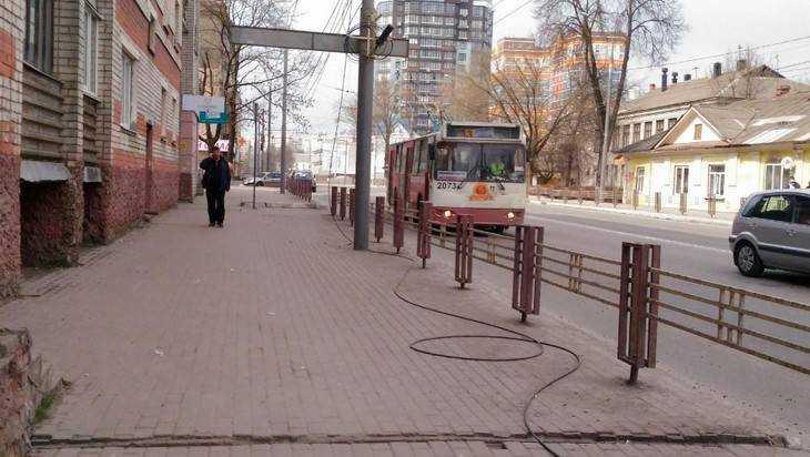 В Брянске на центральной улице 3,5 месяца лежит оборванный кабель