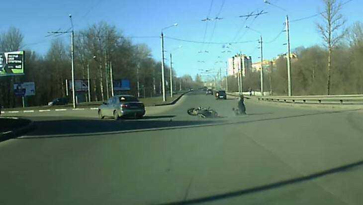 В Брянске на кольце сняли видео опасного ДТП с мотоциклистом