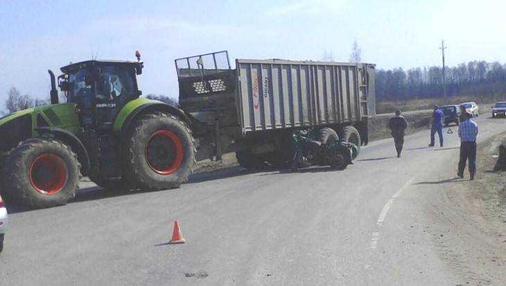 В Дубровском районе 67-летний мотоциклист врезался в трактор и погиб