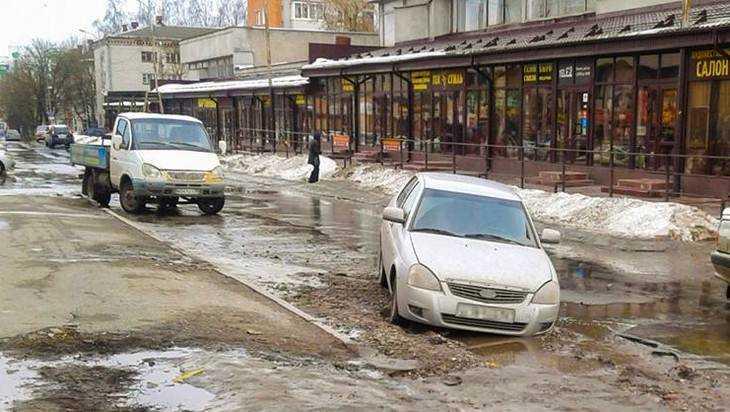В Брянске у Центрального рынка в яму на дороге провалился автомобиль