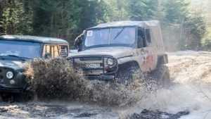 В Дятькове прошли гонки на внедорожниках по роскошной грязи
