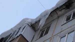 В Брянске на четырехлетнего ребенка с крыши дома упал кусок льда